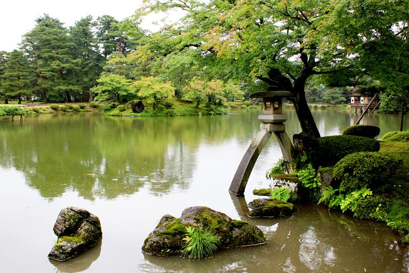 Kotoji-toro-lantern-Kenroku-en-garden