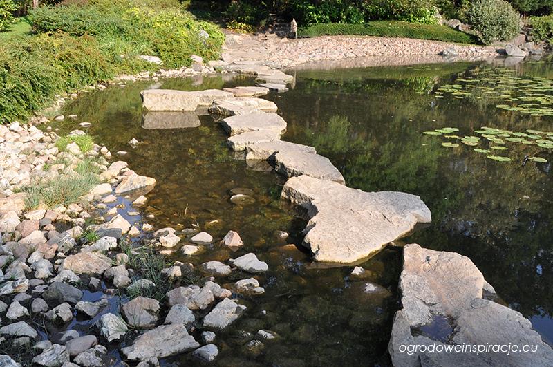 Kamienna ścieżka na stawie w ogrodzie japońskim