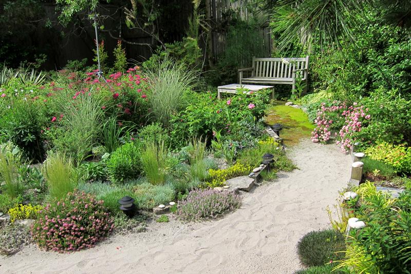 Ławka ogrodowa jako punkt przykuwający uwagę